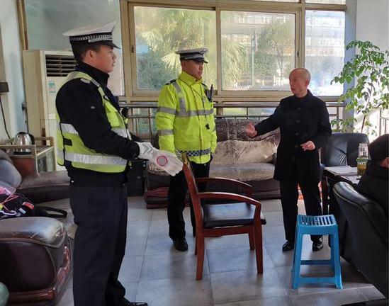 """长沙县:物流不""""误流"""" 货运车辆乱停被处罚"""