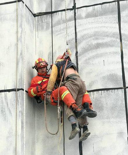 两名工人被困60米高空吊篮 张家界消防2小时成功营救